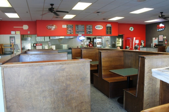 Pizza Plus in Escalon's large dining area